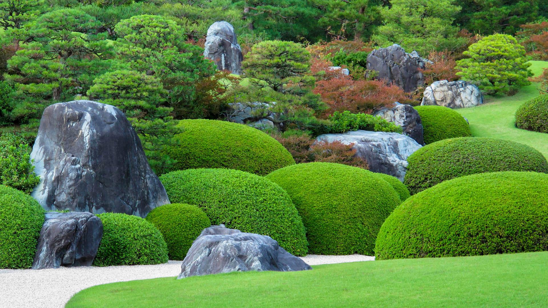 Japanischer Garten mit Findlingen und Buchskugeln