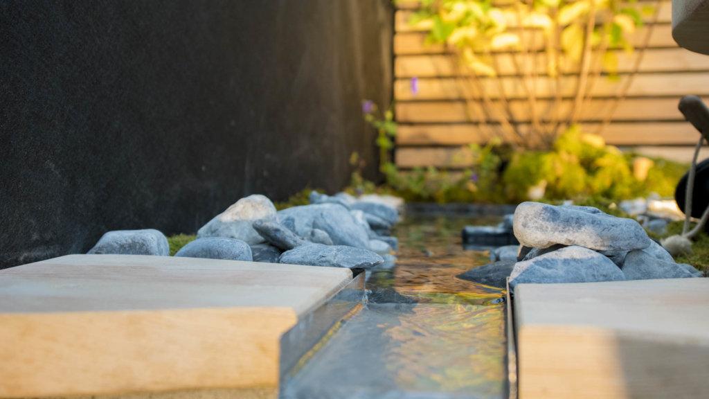 Kleiner Wasserlauf mit Granitsteinen